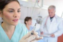 Медсестра крупного плана с шприцем Стоковая Фотография