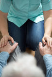 Медсестра помогая выведенному из строя человеку Стоковые Изображения RF