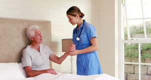 Медсестра принимая ИМП ульс ее пациента видеоматериал
