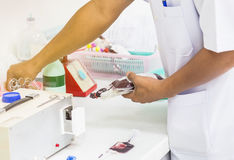 Медсестра принимая сумку пробы крови от пациента держит в банке крови Стоковое Фото
