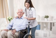 Медсестра с стариком на кресло-коляске Стоковые Фото
