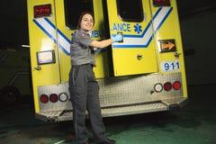 Медсотрудник, закрывая дверь машины скорой помощи Стоковая Фотография
