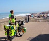 Медсотрудник на велосипеде. Стоковое фото RF
