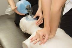 Медсотрудник практикуя кардиопульмональную реаниматологию, CPR на dum Стоковое Фото