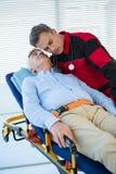 Медсотрудник рассматривая пациента Стоковое Изображение RF