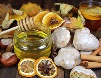 мед с пряником и чаем, листьями осени Стоковые Изображения