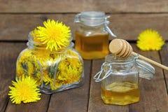 Мед цветка в стеклянном опарнике и одуванчиках Стоковое Изображение RF