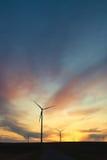 Мельница ветра вызвала ветровую электростанцию на заходе солнца с драматическим небом Стоковая Фотография RF