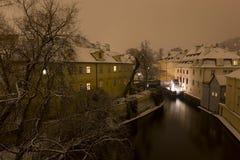 Мельница Праги ночи снежная историческая над сточной канавой Certovka, чехией Стоковая Фотография