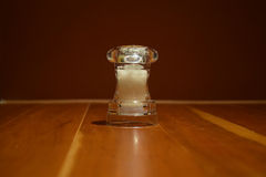 Мельница соли на деревянном столе Стоковые Изображения