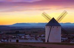 Мельницы ветра на Campo de Criptana в вечере Стоковые Изображения RF
