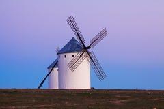 Мельницы ветра на Campo de Criptana в вечере Стоковое Изображение RF