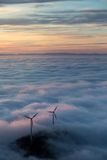 Мельницы энергии ветра в тумане Стоковая Фотография