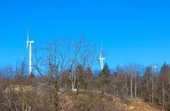 Мельницы энергии ветра против голубого неба Стоковые Изображения RF