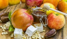 Мед, яблоки и гранатовые деревья на деревянной палубе для торжества Rosh Hashana Стоковая Фотография RF
