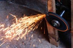 Меля лезвие с пламенем в фабрике стоковые изображения rf