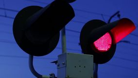 Мигающие огни предупреждают что поезд причаливает