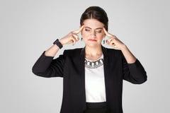 мигрень Женщина CEO (главный исполнительный директор) имеет боль, головную боль Стоковое Изображение