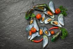 Мидия раковины варя плиту морепродуктов с обедающим океана мидий зеленого цвета моллюска изысканным сваренным с травами и специям стоковое фото