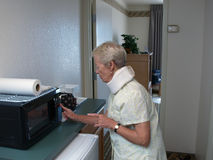 микроволна бабушки используя стоковое фото