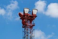 Микроволна получают и башня передачи с беспроволочным сигналом на радиосвязи i стоковое изображение