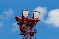 Микроволна получают и башня передачи с беспроволочным сигналом на радиосвязи II стоковая фотография
