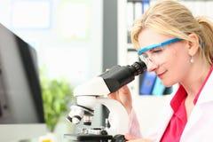 Микроскопическое исследование доктора Analyzing лаборатории стоковая фотография