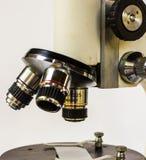 микроскоп лаборатории предпосылки над белизной Стоковые Фото