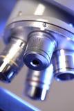 Микроскоп лаборатории. стоковая фотография