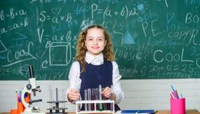 Микроскоп лаборатории Она имеет гениальный научный разум Микроскоп химии Немногое ребенок на лаборатории Девушка маленького ребен стоковая фотография