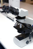 микроскоп лаборатории стоковые изображения