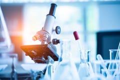 Микроскоп медицинской лаборатории в предпосылке научных исследований и разработки лабораторного исследования биологии химии научн стоковое фото rf