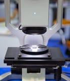 Микроскоп цифров проверяет workpiece Стоковое Изображение RF