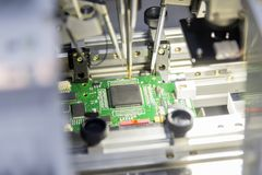 Микросхема на главном правлении в сборочном конвейере стоковая фотография rf