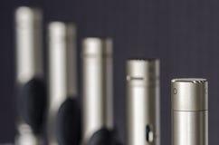 Микрофоны конденсатора помещенные в микрофоне стоят в лаборатории так Стоковое фото RF