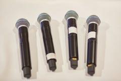 Микрофоны на белой предпосылке : стоковое фото