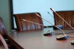 Микрофоны таблицы на конференц-зале Стоковое Изображение RF