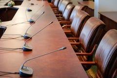 Микрофоны таблицы на конференц-зале Стоковая Фотография
