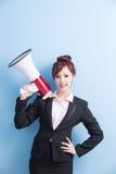 Микрофон взятия бизнес-леди счастливо стоковые изображения rf