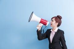 Микрофон взятия бизнес-леди счастливо стоковое изображение rf