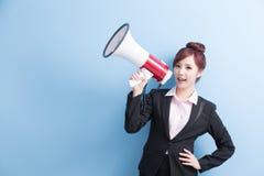 Микрофон взятия бизнес-леди счастливо стоковое фото rf