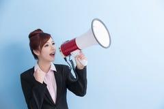 Микрофон взятия бизнес-леди счастливо Стоковое Изображение