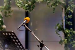 Микрофон в концертном зале или конференц-зале мягких и стиле нерезкости для предпосылки Микрофон над конспектом запачкал фото жул Стоковое фото RF