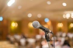 Микрофон в концертном зале или конференц-зале с светами в bac стоковые фотографии rf
