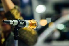 Микрофон в пользе конференц-зала для усиливает беседу Стоковое Изображение RF