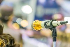 Микрофон в пользе конференц-зала для усиливает беседу Стоковые Фотографии RF