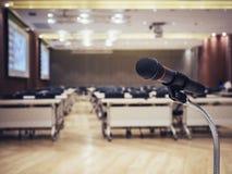 Микрофон в предпосылке события конференц-зала конференции Стоковое Изображение RF