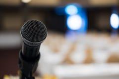 микрофон в современном интерьере конференц-зала с белыми стульями Стоковые Изображения