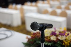 микрофон в современном интерьере конференц-зала с белыми стульями Стоковые Изображения RF
