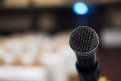 микрофон в современном интерьере конференц-зала с белыми стульями Стоковая Фотография